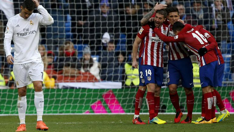 """Сегодня. Мадрид. """"Реал"""" - """"Атлетико"""" - 0:1. """"Индейцы"""" празднуют победу, а КРИШТИАНУ РОНАЛДУ думает о том, что в """"Реале"""" слишком мало игроков его уровня. Фото Reuters"""