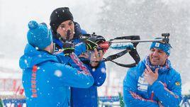 Пятница. Токсово. Алексей ВОЛКОВ (слева), Артем ДЗЮБА (в центре) и Рикко ГРОСС на биатлонном стрельбище.