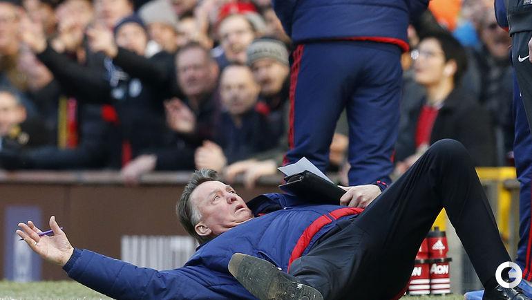 "Сегодня. Манчестер. ""Манчестер Юнайтед"" - ""Арсенал"" - 3:2.Луи ван Гал демонстративно упал, апеллируя к арбитру."