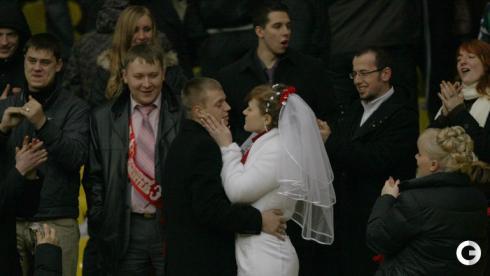 От свадебного стола - на матч