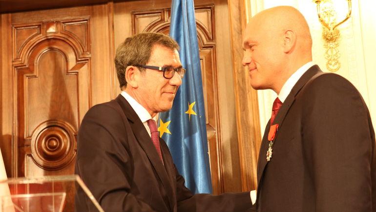 Посол Франции Жан-Морис РИПЕР (слева) вручает президенту РШФ Андрею ФИЛАТОВУ орден Почетного легиона. Фото Этери КУБЛАШВИЛИ