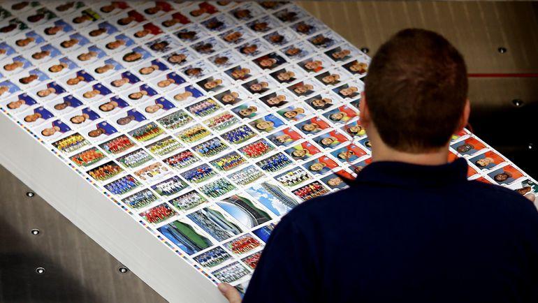 Коллекционные наклейки Panini к ЧМ-2014. На фабрике. Фото Reuters