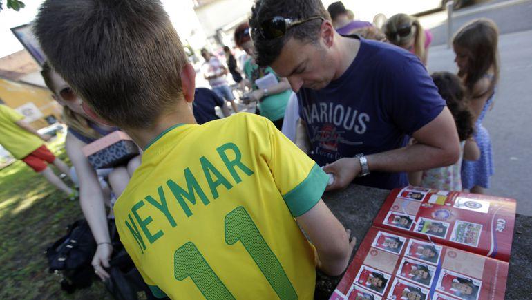 Коллекционные наклейки Panini собирают и дети, и взрослые. Фото Reuters