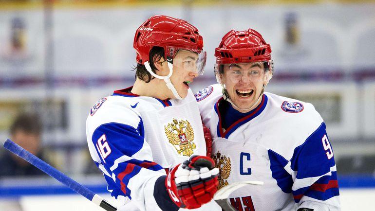 Капитан молодежной сборной России-2014 Антон СЛЕПЫШЕВ (№9) и Никита ЗАДОРОВ. Фото AFP