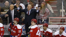 """Наставник """"Вашингтона"""" Барри ТРОТЦ (в центре) - главный кандидат на приз лучшему тренеру НХЛ в нынешнем сезоне."""