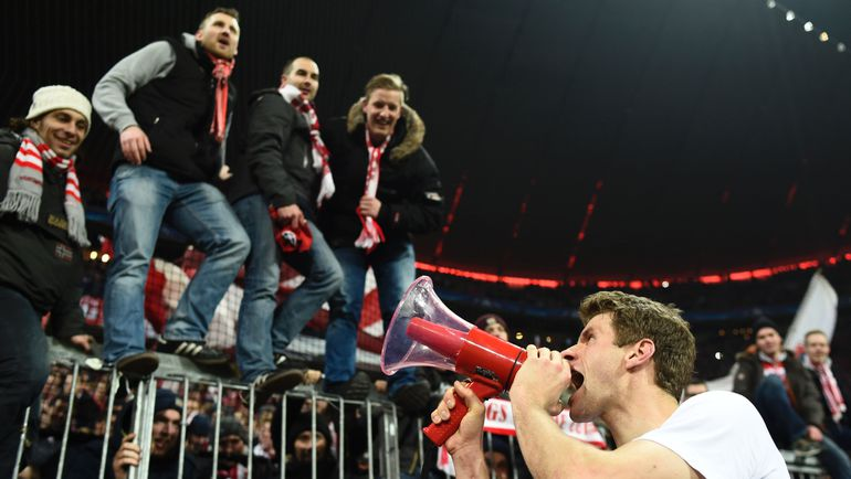 """Среда. Мюнхен. """"Бавария"""" - """"Ювентус"""" - 4:2. Томас МЮЛЛЕР поздравляет болельщиков  с победой. Фото AFP"""