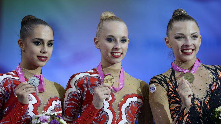 Яна КУДРЯВЦЕВА (в центре), Маргарита МАМУН (слева) и белоруска Мелитина СТАНЮТА с медалями чемпионата мира. Фото AFP