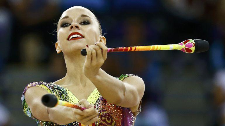 Яна КУДРЯВЦЕВА представляет упражнение с булавами на Европейских играх в Баку. Фото Reuters