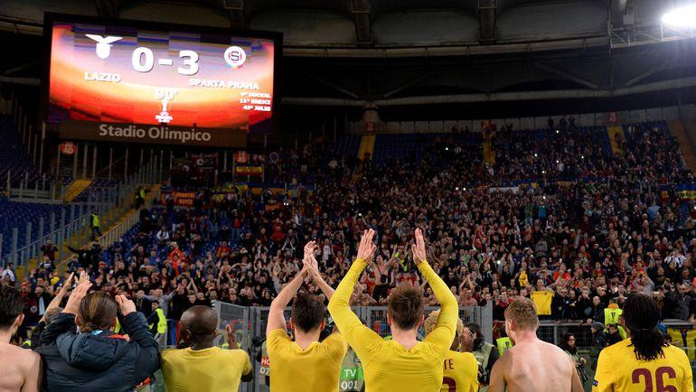 """Четверг. Рим. """"Лацио"""" - """"Спарта"""" - 0:3. Пражане благодарят зрителей за поддержку. Фото AFP"""