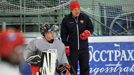 Виталий ПРОХОРОВ (справа) считает полезным участие возглавляемой им юниорской сборной России в МХЛ.