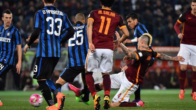"""Суббота. Рим. """"Рома"""" – """"Интер"""" – 1:1. Раджа НАИНГГОЛАН (справа) забивает ответный гол."""