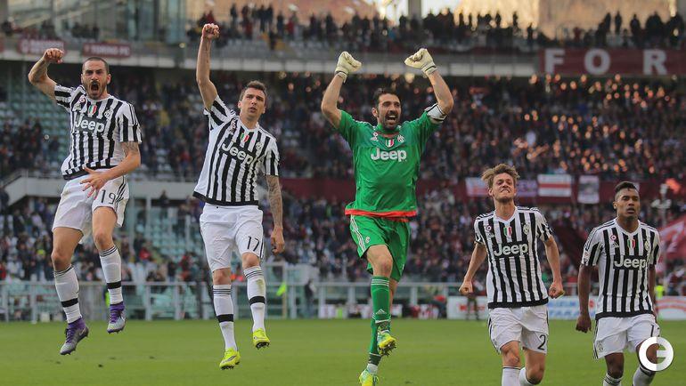 """Воскресенье. Турин. """"Торино"""" - """"Ювентус"""" - 1:4. Игроки """"Ювентуса"""" празднуют победу."""
