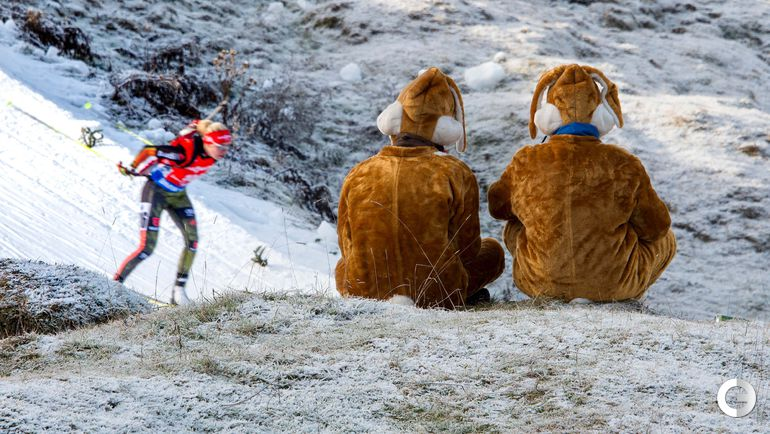 11 декабря 2015 года. Хохфильцен. Болельщики наблюдают за спринтерской гонкой в исполнении немки Марен ХАММЕРШМИДТ.