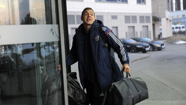 ...и Артем ДЗЮБА прибывают на сбор национальной команды. Фото Алексей ИВАНОВ, «СЭ»
