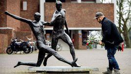 Четверг. Болельщики по всему миру почтили память легендарного Йохана Кройфа.