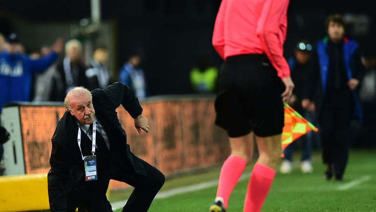 24 марта. Удине. Италия - Испания - 1:1. Главный тренер гостей Висенте дель Боске упал после столкновения с арбитром. Фото AFP