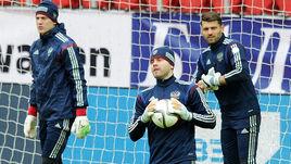 Если Игорь АКИНФЕЕВ будет здоров, то на Euro в воротах сыграет именно он. А вот поедут ли туда Артем РЕБРОВ (слева) и Юрий ЛОДЫГИН (справа), пока вопрос.