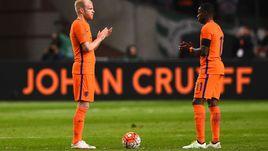 Вчера. Амстердам. Голландия - Франция - 2:3. Квинси ПРОМЕС (справа) и Данни КЛАССЕН отдают дань памяти Йохана Кройфа.