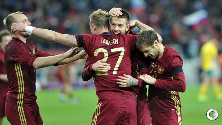 Сегодня. Москва. Россия – Литва – 3:0. 41-я минута. Россияне празднуют гол Федора СМОЛОВА.
