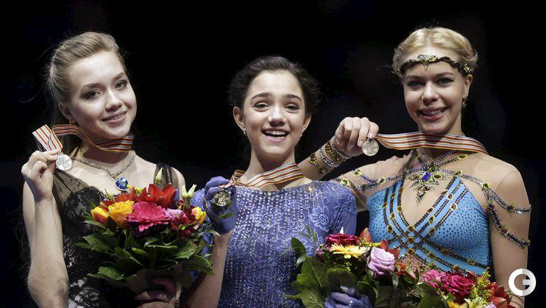 Российские звездочки, лучшие в Европе фигуристки Евгения МЕДВЕДЕВА (в центре), Елена РАДИОНОВА (слева) и Анна ПОГОРИЛАЯ.
