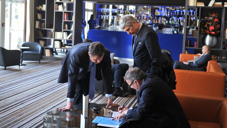 Вчера. Рюэй-Мальмезон. Офицеры ВАДА в отеле, где остановилась сборная России. Фото Александр ФЕДОРОВ, «СЭ»