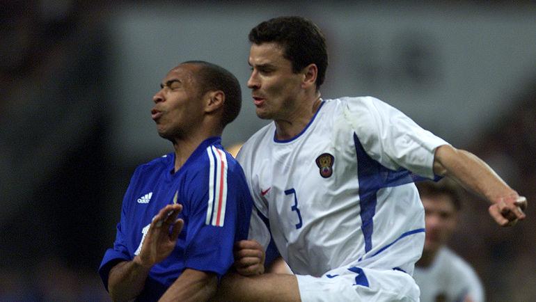 17 апреля 2002 года. Париж. Франция – Россия – 0:0. Тьерри АНРИ и Юрий НИКИФОРОВ. Фото Reuters