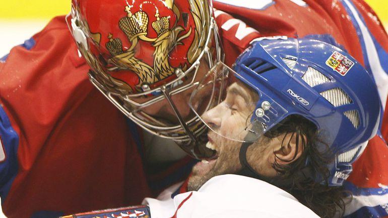 Евгений НАБОКОВ   набирается «жизненной силы»  у вечного Яромира ЯГРА (68). Фото Reuters