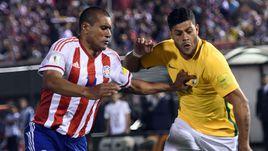 Вторник. Асунсьон. Парагвай - Бразилия - 2:2. Защитник сборной Парагвая Пауло ДА СИЛВА и нападающий Бразилии ХАЛК.