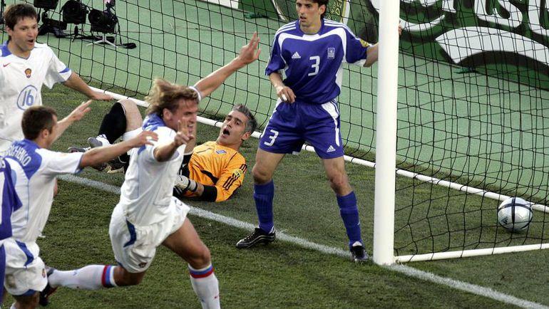 20 июня 2004 года. Фару. Россия - Греция - 2:1. 17-я минута. Партнеры поздравляют Дмитрия БУЛЫКИНА (в центре) с победным голом в матче группового турнира Euro. Фото Reuters
