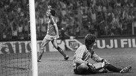 19 июня 1984 года. Сент-Этьен. Франция - Югославия - 3:2. Мишель ПЛАТИНИ забивает очередной гол в ворота югославского вратаря Зорана СИМОВИЧА.