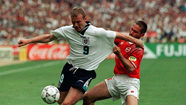 8 июня 1996 года. Лондон. Англия - Швейцария - 1:1. В игре Алан ШИРЕР (слева). Фото Reuters