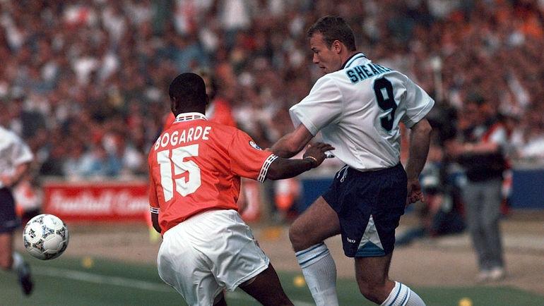 18 июня 1996 года. Лондон. Голландия - Англия - 1:4. В игре Алан ШИРЕР (справа). Фото Reuters