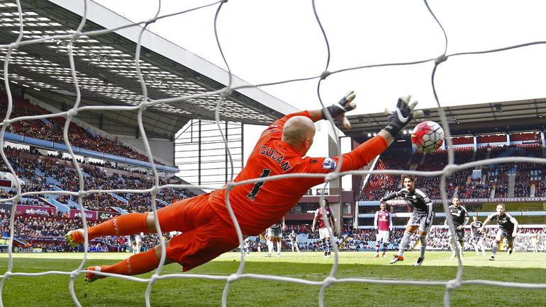 """Суббота. Лондон. Бирмингем. """"Астон Вилла"""" - """"Челси"""" - 0:4. 45+3-я минута. Алешандре ПАТУ открывает счет своим голам за """"синих"""" ударом с """"точки"""". Фото Reuters"""