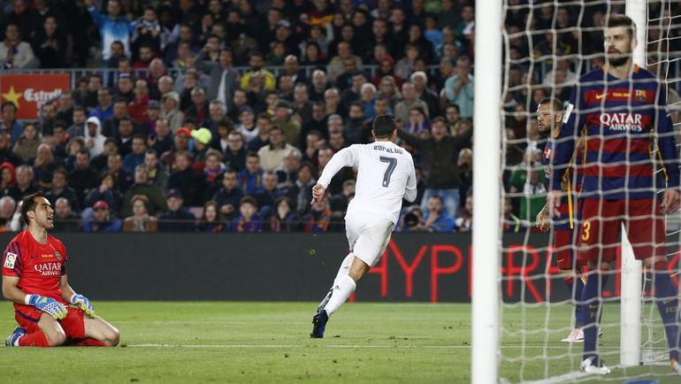 """Суббота. Барселона. """"Барселона"""" – """"Реал"""" – 1:2. 85-я минута. Только что КРИШТИАНУ РОНАЛДУ провел победный мяч."""