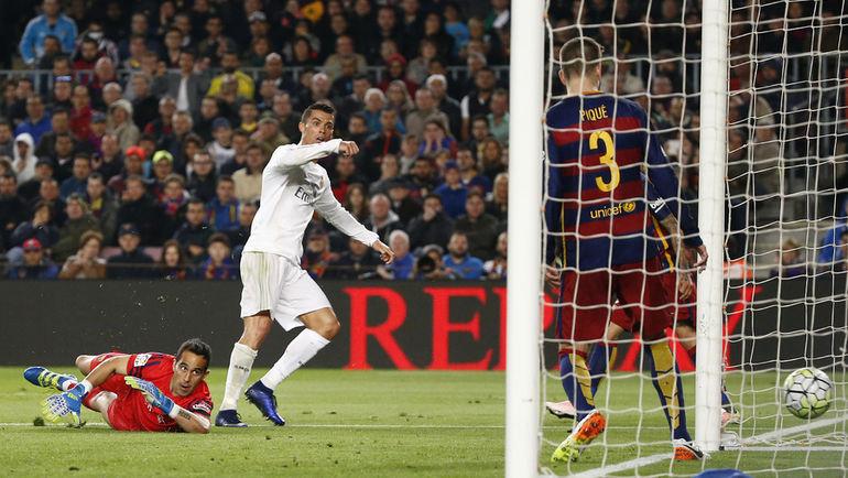 """Суббота. Барселона. """"Барселона"""" - """"Реал"""" - 1:2. 85-я минута. Победный гол КРИШТИАНУ РОНАЛДУ. Фото Reuters"""