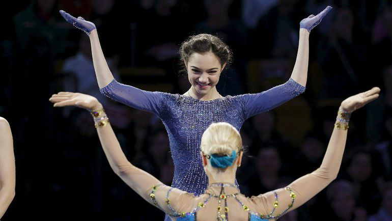 Суббота. Бостон. Евгения МЕДВЕДЕВА и Анна ПОГОРИЛАЯ шутят во время церемонии награждения медалями чемпионата мира. Фото Reuters