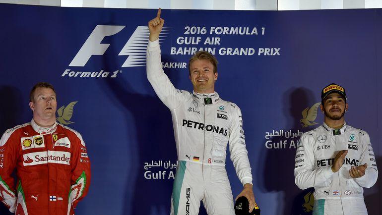 Нико РОСБЕРГ (в центре) выиграл вторую гонку подряд, а Льюис ХЭМИЛТОН стал только третьим. Фото AFP