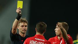 Сергей ЛАПОЧКИН получил желтую карточку.