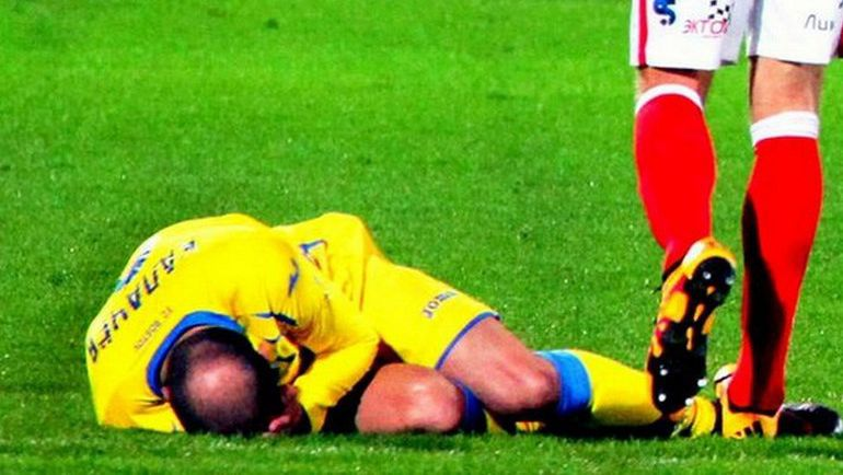 После удаления спартаковец наступил на ногу лежащего после фола Тимофея КАЛАЧЕВА. Фото vk.com/fcrnews