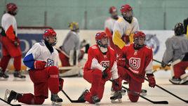 Игроки юниорской сборной на тренировке.