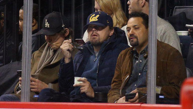 """Воскресенье. Нью-Йорк. """"Айлендерс"""" – """"Баффало"""" – 3:4 ОТ. Леонардо ДИ КАПРИО (в центре) наблюдает за игрой."""