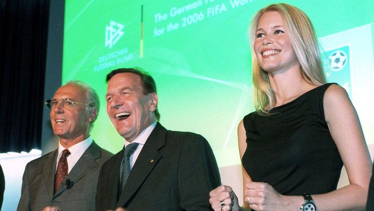 5 июля 2000 года. Цюрих. Герхард ШРЕДЕР в компании Франца БЕККЕНБАУЭРА и Клаудии ШИФЕР презентует исполкому ФИФА заявку Германии на ЧМ-2006. Фото Reuters