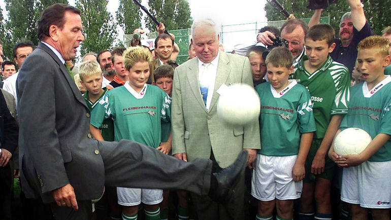 2000 год. Герхард ШРЕДЕР показывает навыки владения мячом. Фото Reuters