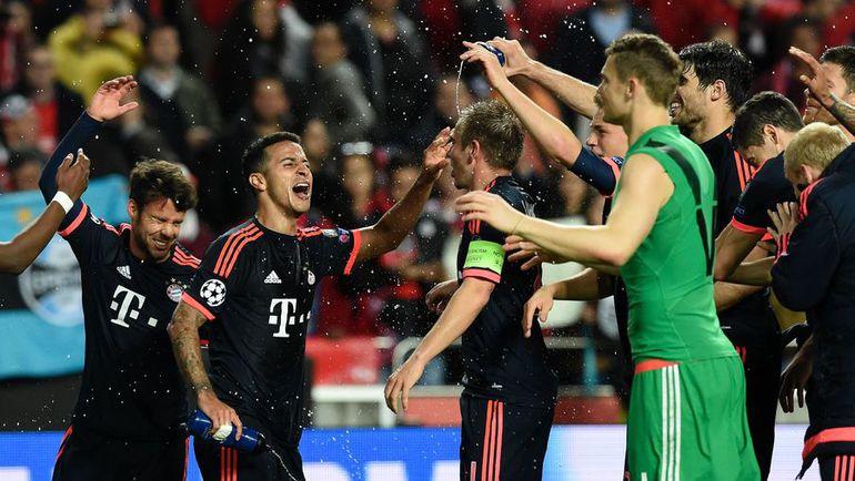 """Среда. Лиссабон. """"Бенфика"""" - """"Бавария"""" - 2:2. Игроки """"Баварии"""" празднуют выход в полуфинал Лиги чемпионов."""