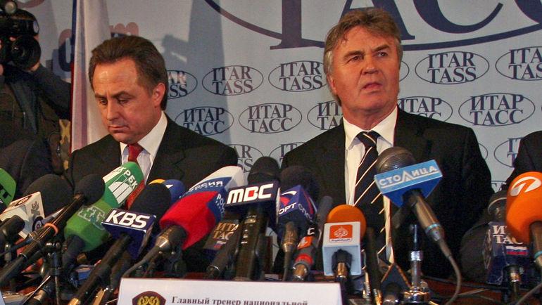 14 апреля 2006 года. Москва. Гус ХИДДИНК (справа) и президент РФС Виталий МУТКО. Фото Александр ВИЛЬФ