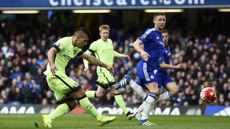 """Суббота. Лондон. """"Челси"""" - """"Манчестер Сити"""" - 0:3. 54-я минута. Серхио АГУЭРО отправляет второй мяч в ворота """"синих"""". Фото Reuters"""
