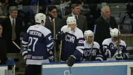 Декабрь 2004 года. Алексей ЖАМНОВ (в центре на переднем плане) среди легенд российского и советского хоккея на прощальном матче Игоря Ларионова.