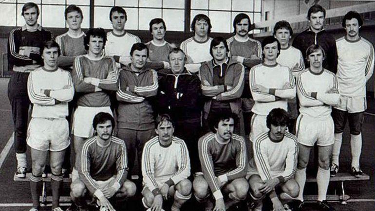 Владимир ЮЛЫГИН (во втором ряду - третий слева).