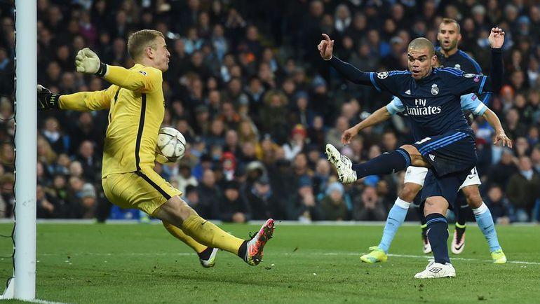 """Вторник. Манчестер. """"Манчестер Сити"""" (Англия) – """"Реал"""" (Испания) – 0:0. Джо ХАРТ (слева) и ПЕПЕ (справа)."""