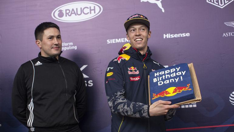 27 апреля. Сочи. Даниил КВЯТ (справа) получает поздравления с днем рождения. Фото Red Bull